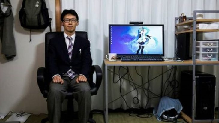 Pria Ini Menikahi Wanita Hologram Anime